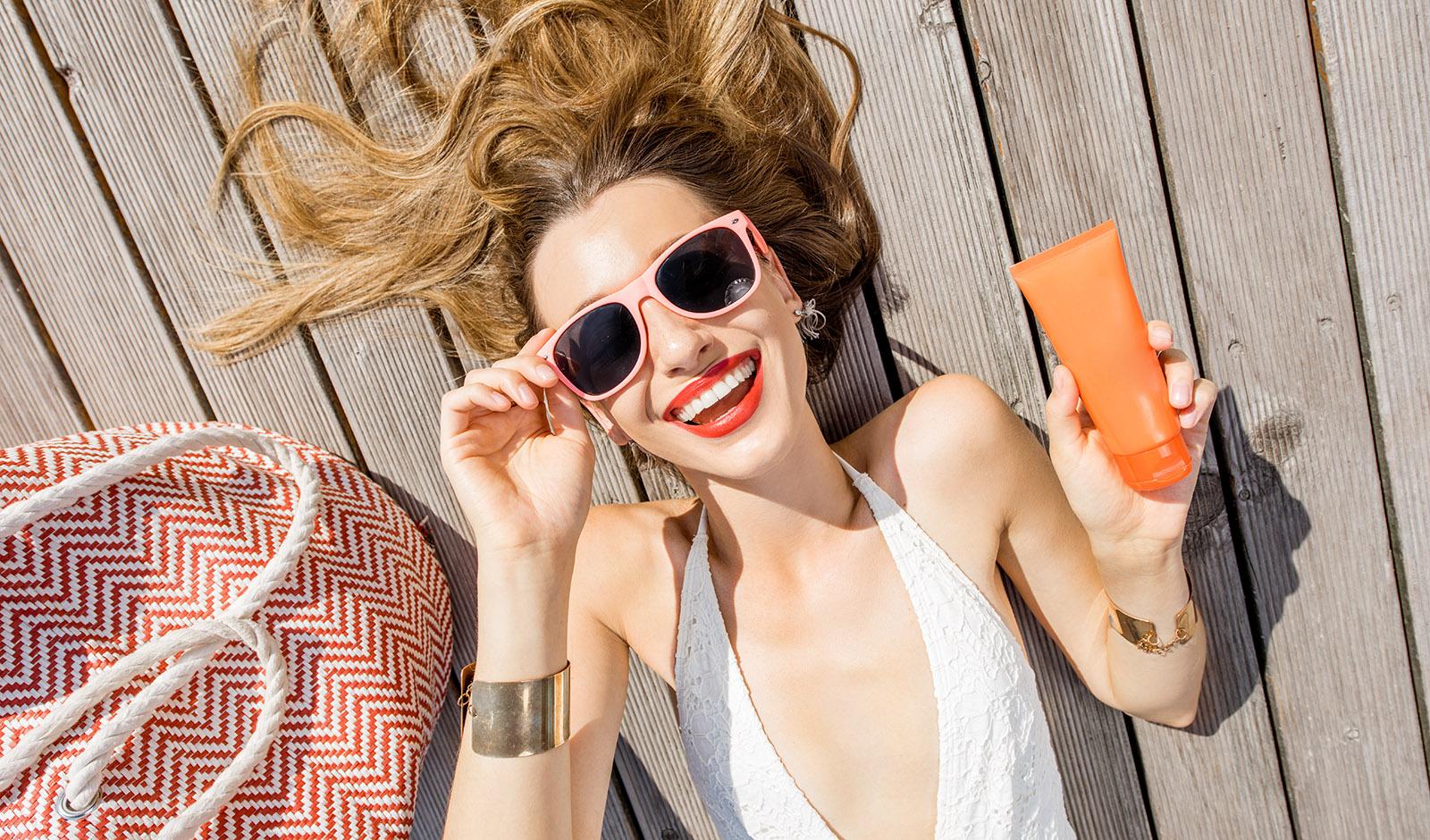 woman-holding-sunscreen