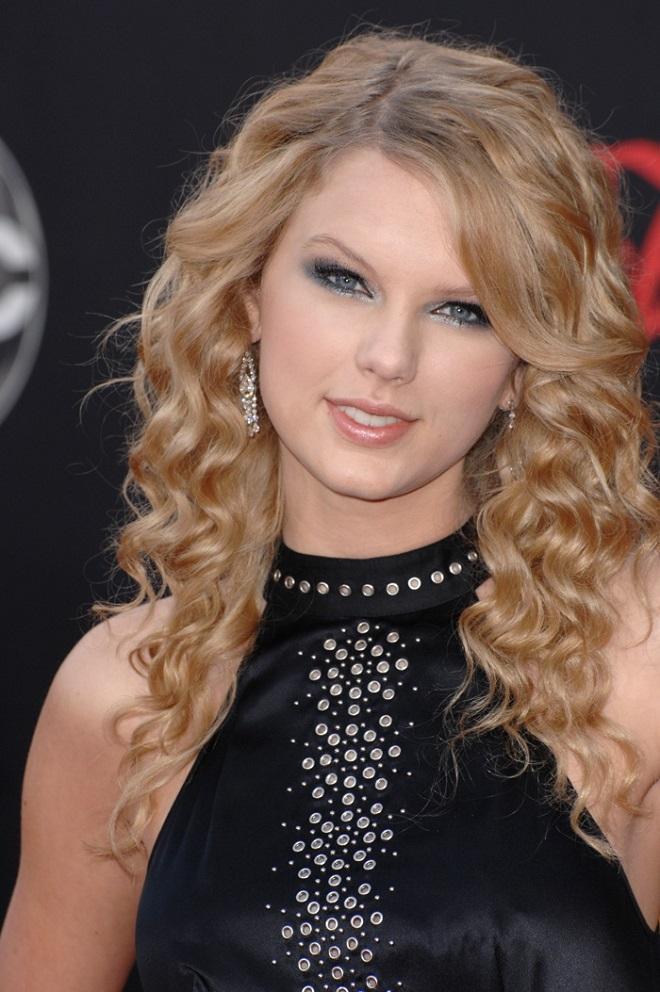 22 Gorgeous Taylor Swift Hair Evolutions long curls blonde