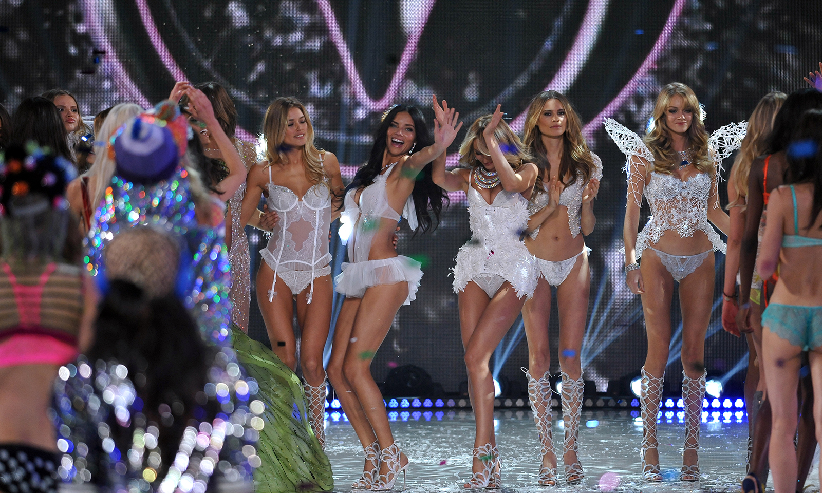 victorias-secret-runway-models-during-vs-fashion-show