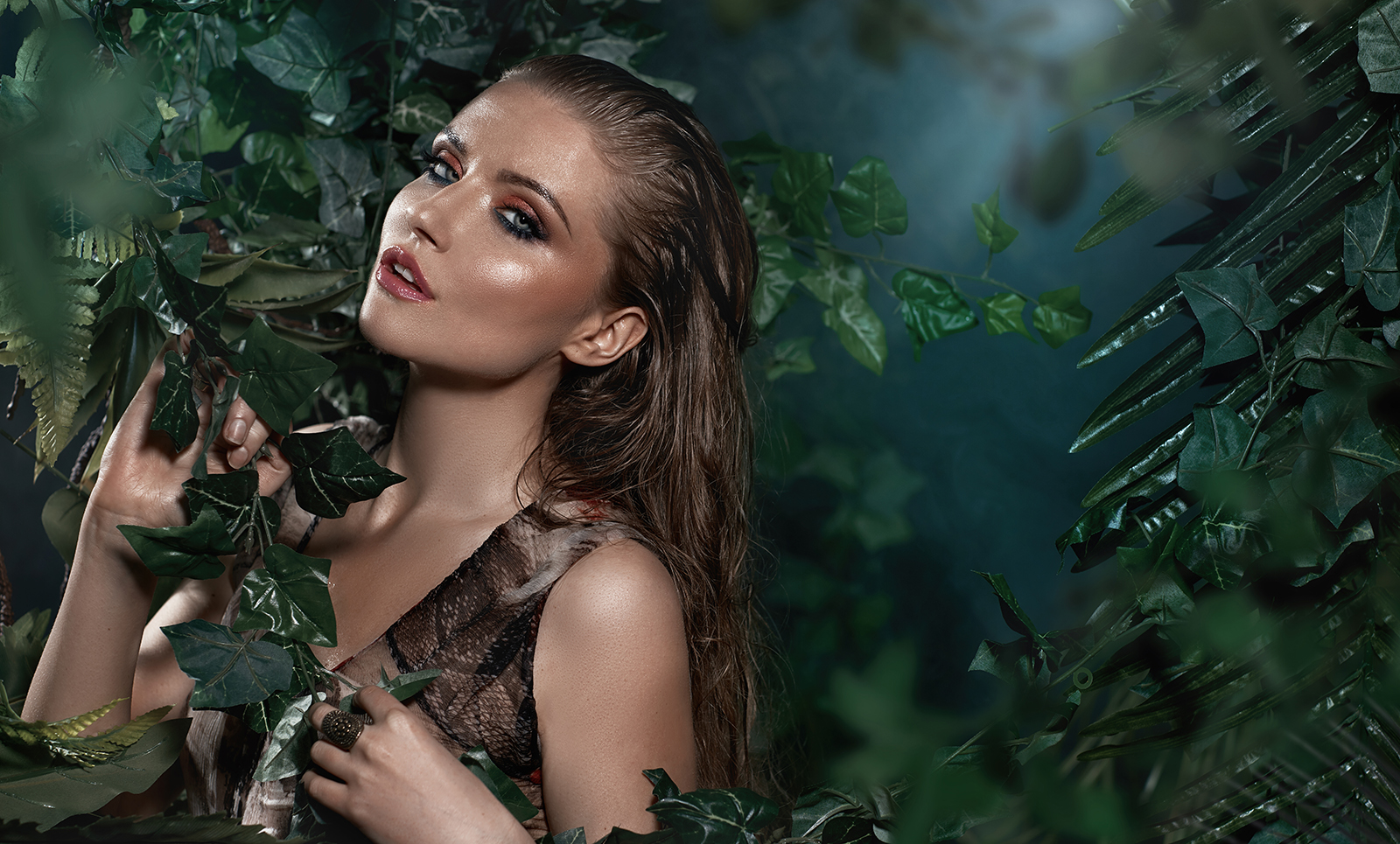 skincare-hair-wet-woman-leavning-on-leaves-from-tree