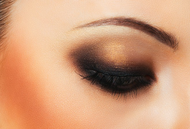7-Cocktail-Party-Makeup-Looks-That-Compliment-Your-Dresses-smokey-eye