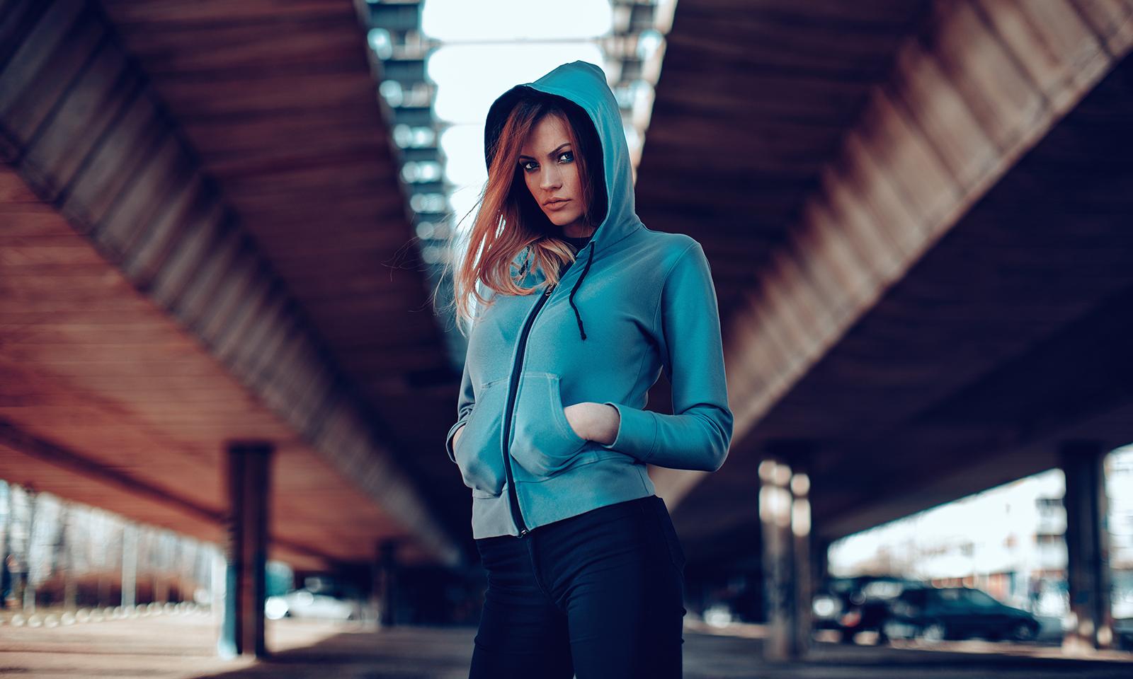woman-in-athletic-sweatshirt-runner-workout