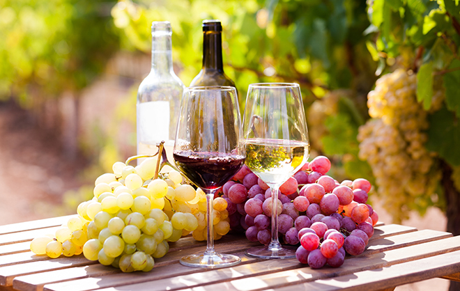 red-wine-vs-white-wine-what-is-the-difference-wine-cups-and-grapes-placed-outside