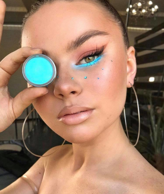 minimally neon makeup trend is the safest way to wear bright hues 3