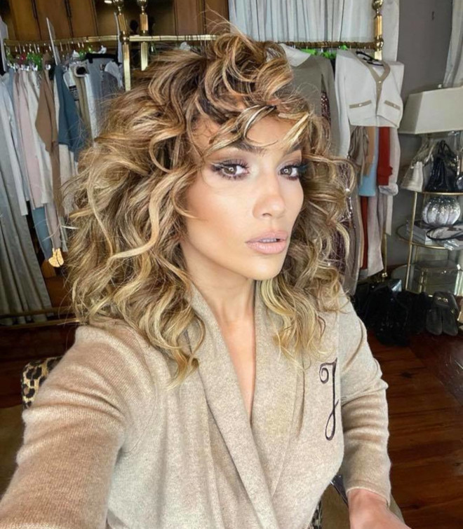 sexy curly hairstyles by j lo to bring out your bombshell 2