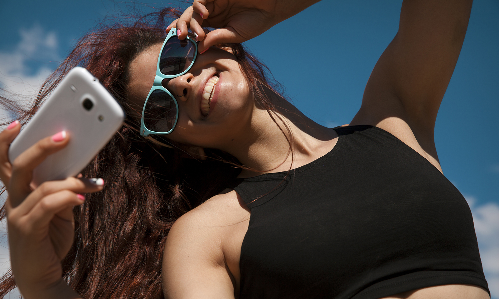 top-happiness-apps-main-image-attractive-girl-taking-a-selfie-fun