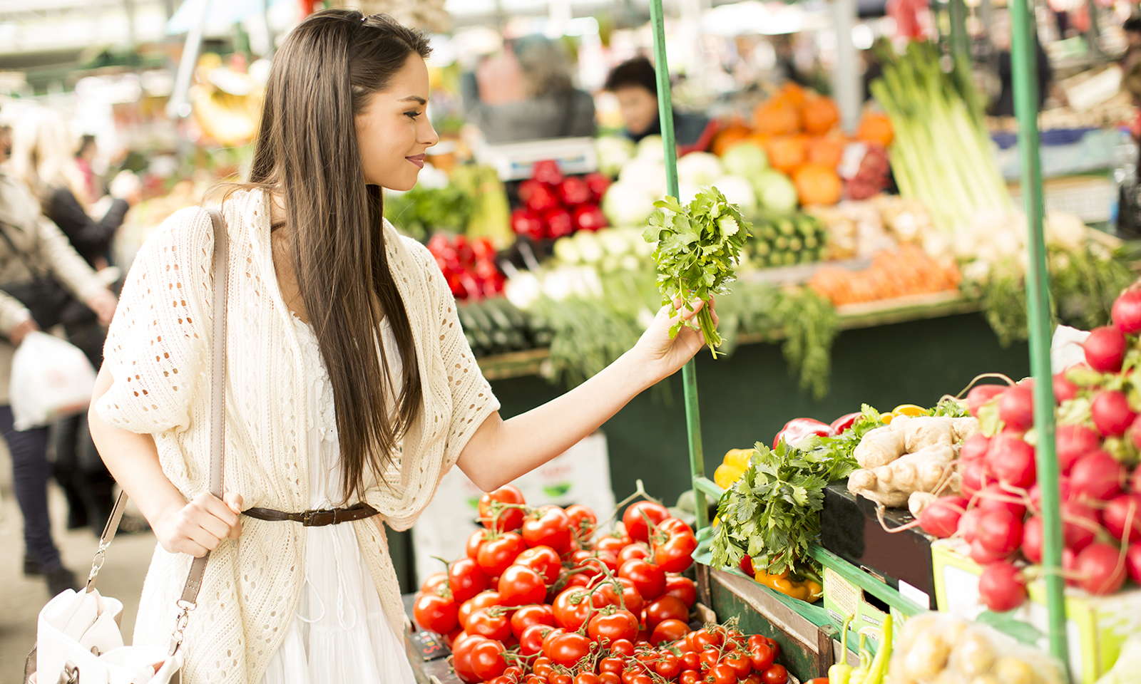 what-do-food-labels-mean-organic-gluten-free-woman-shopping-in-produce-aisle