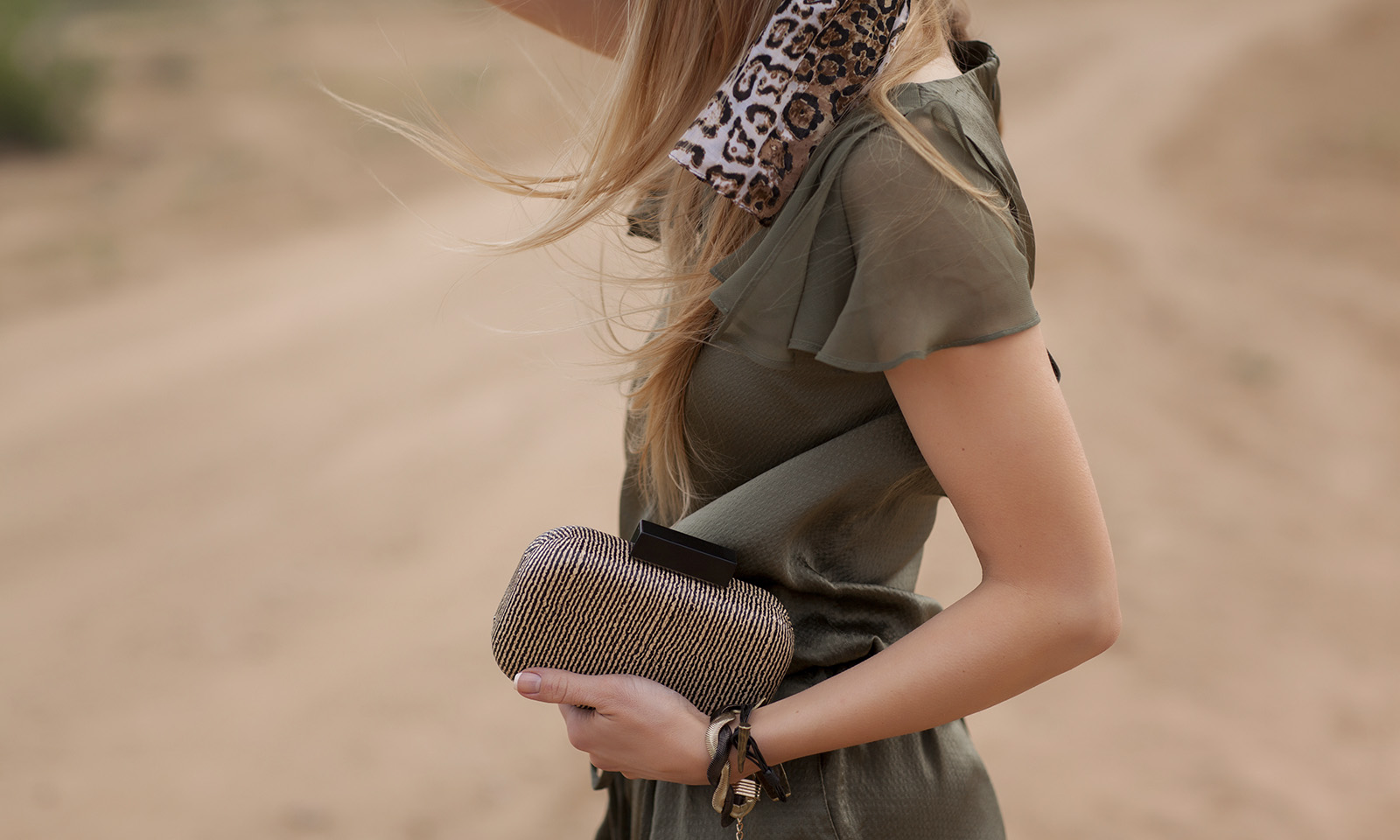 fashion-tips-on-how-to-make-an-outfit-stand-out-main-image-fashionable-outfit-with-accessories