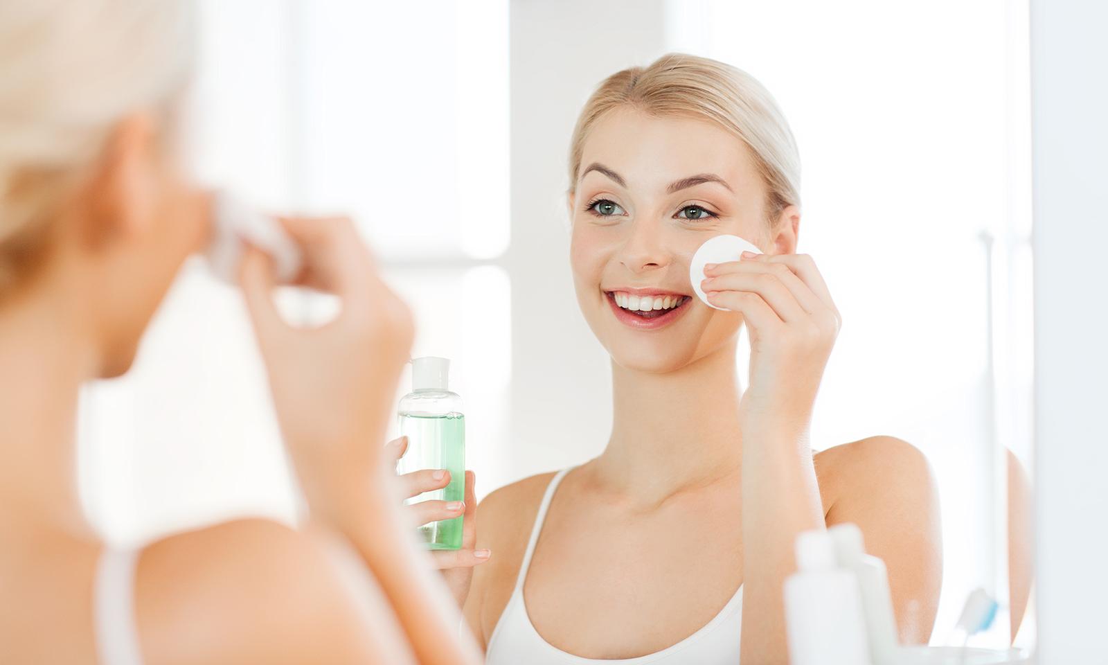 natural-tips-to-remove-your-eye-makeup-main-image-woman-removing-eye-makeup