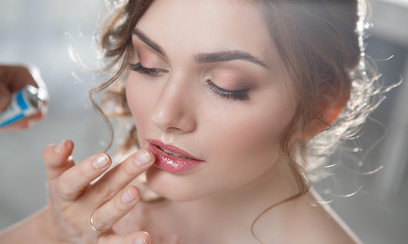 no-curling-wand-other-ways-to-get-girls-girl-with-curls-having-lipgloss-applied