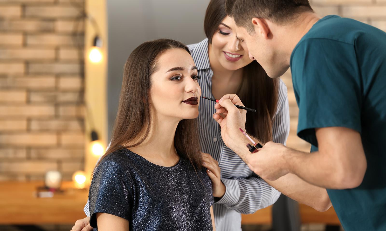do-silicone-makup-brushes-work-artist-applying-lipstick-on-model
