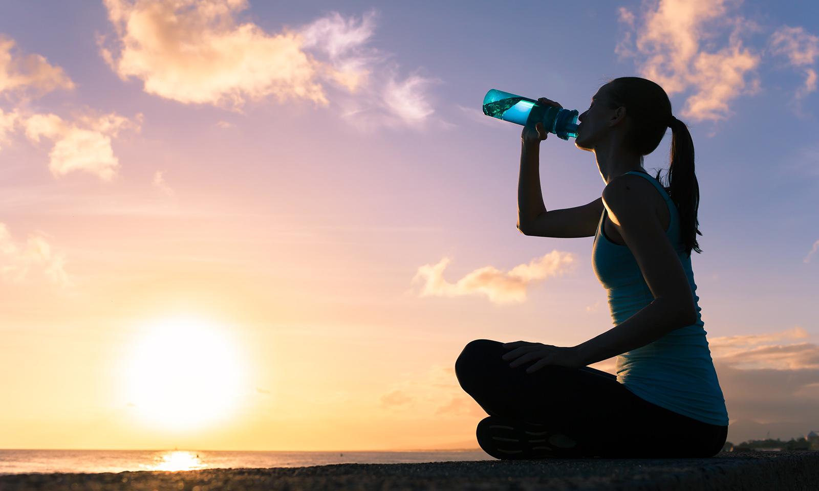 handy-tips-for-new-runners-main-image-runner-drinking-water-sunset
