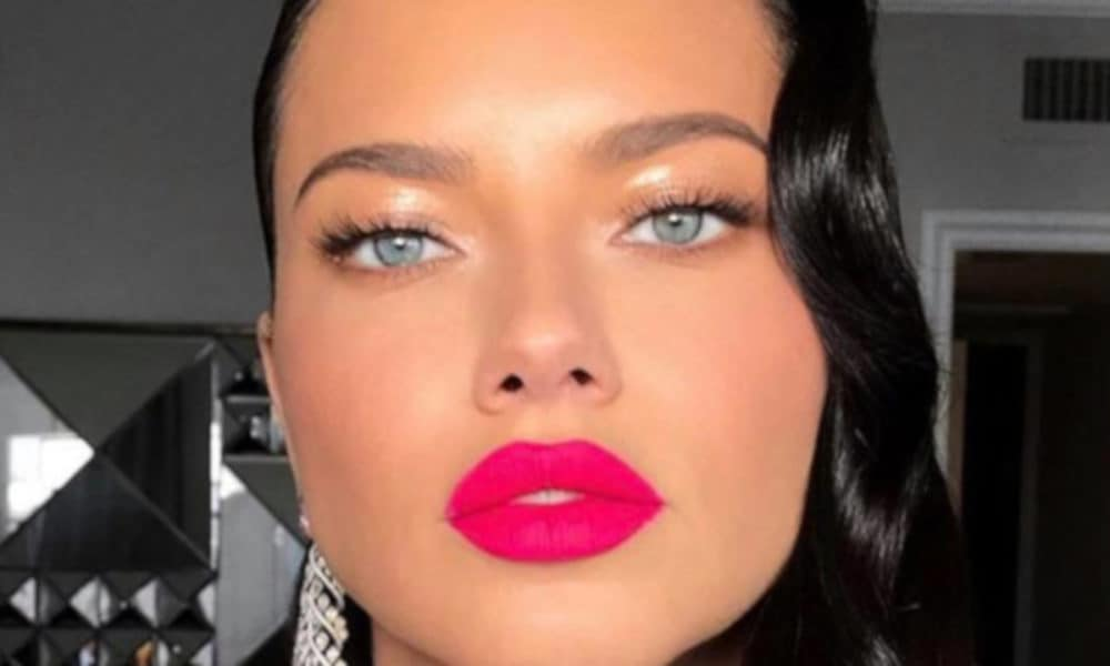 The-Sexiest-Celebrity-Makeup-Looks-To-Copy-This-Summer-adriana-lima-pink-lipstick-1-1000×600-1