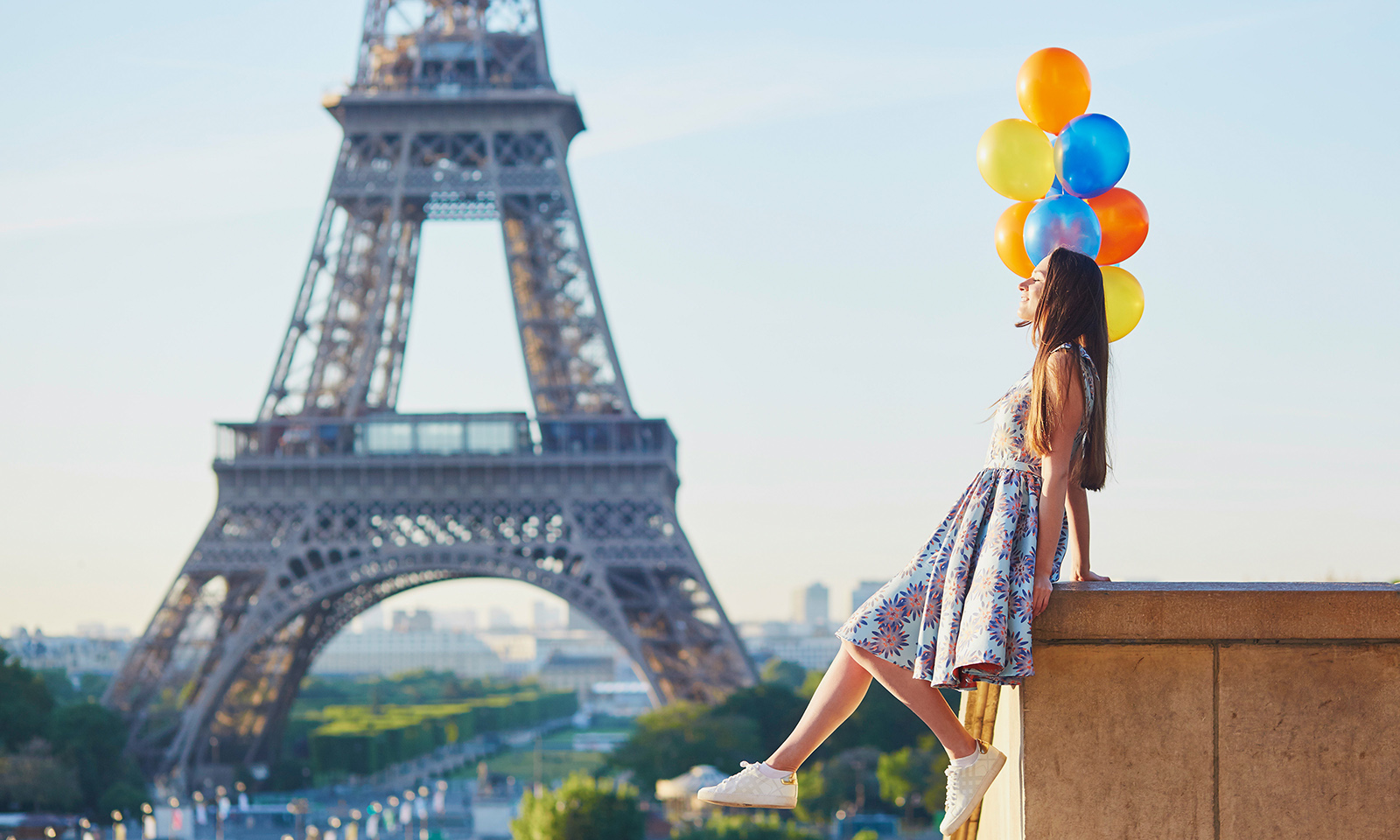 instagram-influencers-worth-your-attention-main-image-woman-with-balloons-in-paris