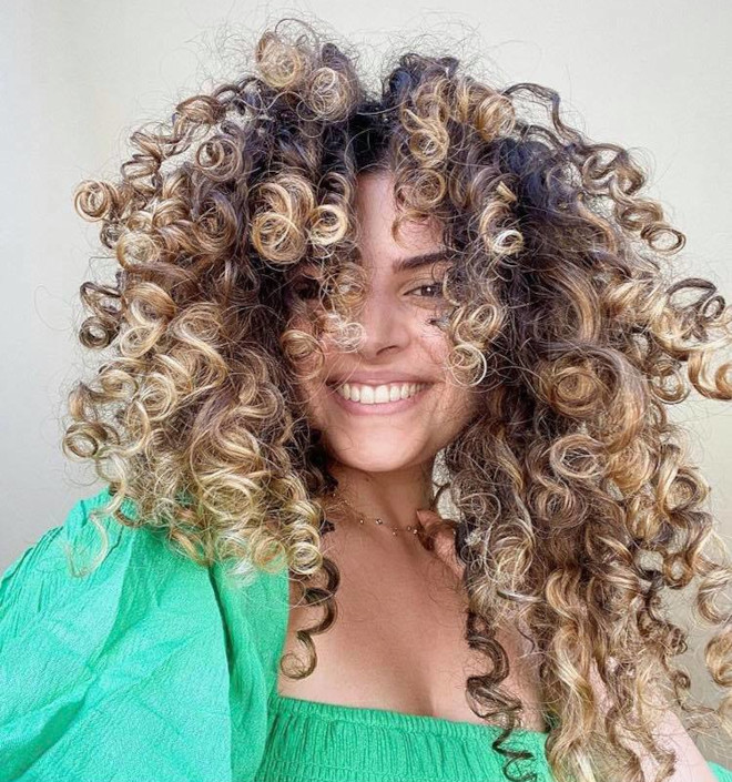 refresh your curls with pintura highlights 2