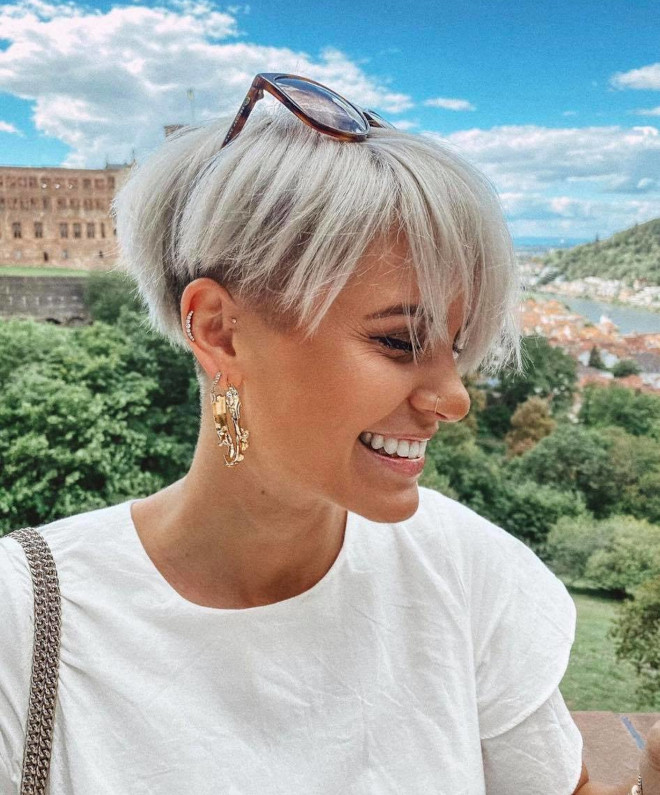 pantone's color of the year 2021 ultimate gray is expected to revive the silver hair trend 5