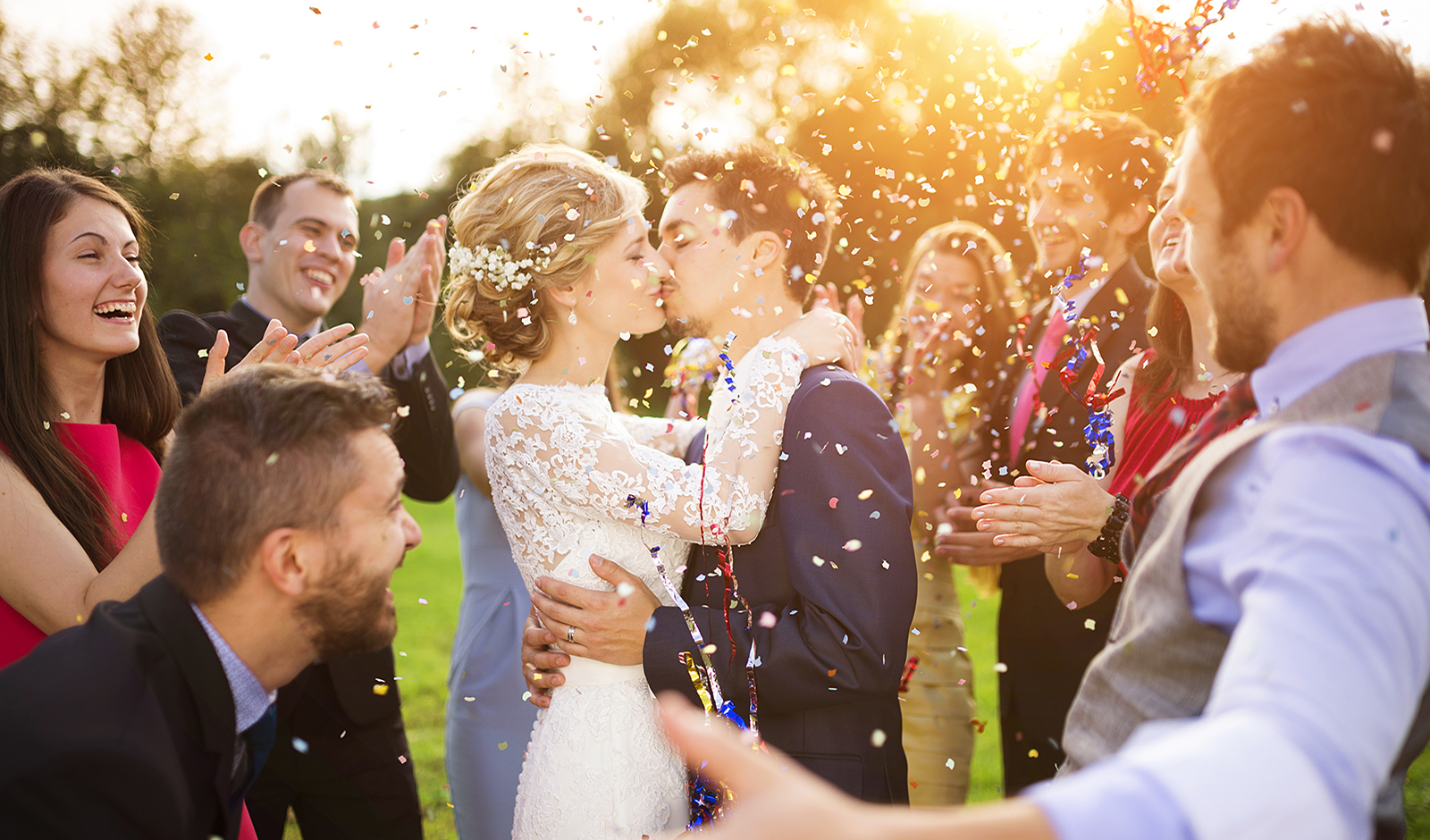 how-to-choose-your-wedding-venue-couple-kissing-wedding