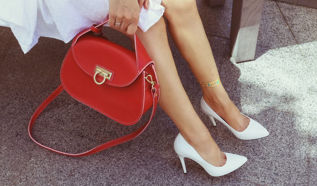 what-to-wear-on-outdoor-date-woman-in-dress-bag-shoes