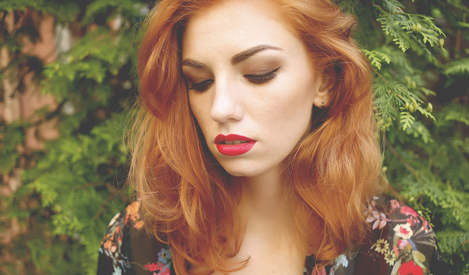 which-colors-looks-best-on-redheads-redhead-girl-wearing-black-floral