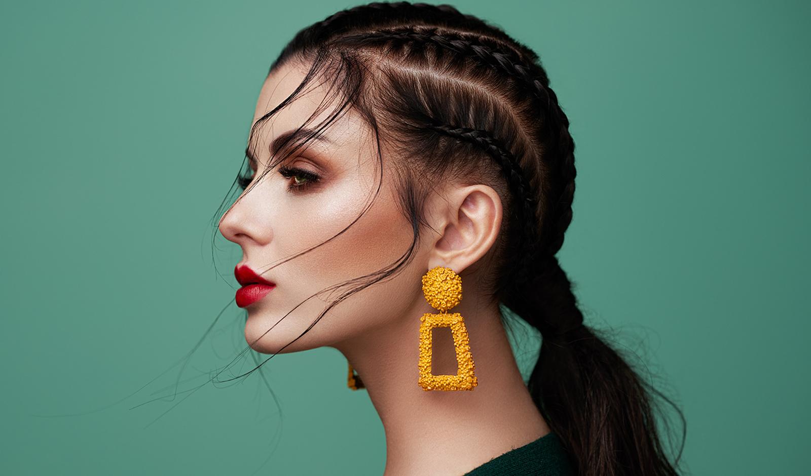 guide-ti-uniqueness-in-fashion-pretty-girl-in-bright-jewelry