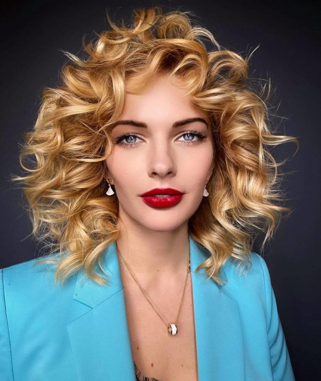 invite summer vibes into your look with these effortlessly sexy curly hairstyles