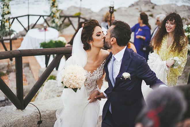 wedding-photographer-italy-main-image-beautiful-wedding-couple-kissing