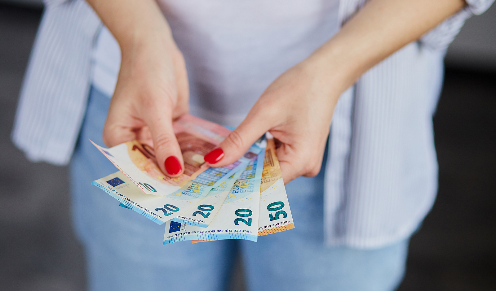 how-to-get-the-best-welcome-bonuses-casino-woman-holding-cash