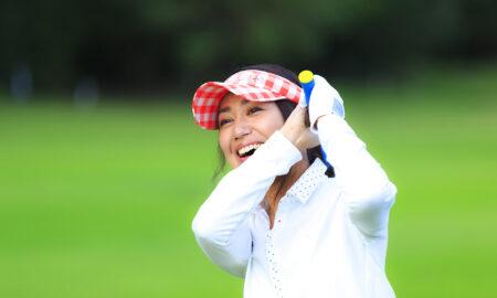 pro-tips-beginner-golfers-main-image-woman-swinging-golf-club